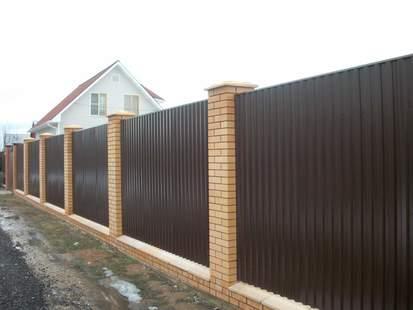 Забор с цоколем и столбами ворота консольные ручной привод